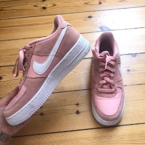 Nike Air Force i lyserøde ❣️ De er i fin stand i en str 38 💗