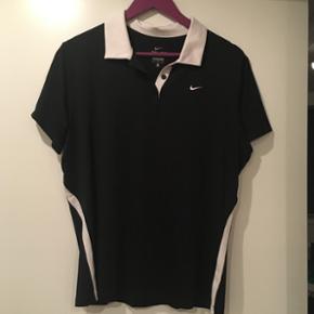 Nike dri-fit polo. Den kan både bruge til almindelig træning og til golf. Den er af høj kvalitet og kun brugt få gange. Nypris var 500kr.
