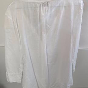 Lækker lang skjorte med fine detaljer. Byd!