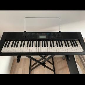 Modellen er casio ctk-1200. Fejler intet. Keyboard og stativ er købt for 1300kr og sælges til 700. Købt i 2016-17