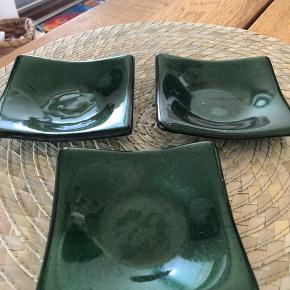 Søde små, grønne fyrfadsstager eller evt. askebægre . Sælges kun samlet .