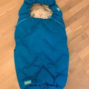Voksi  Voksipose til barnevogn, klapvogn eller lignede. Tåler 40 graders vask og tørretumbler. Huller til 5-punkts sele.   Fra røgfrit hjem