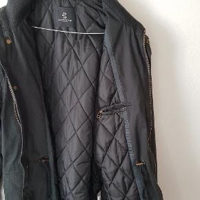 Lækker sort vinterjakke fra Bruuns Bazaar  størrelse large brug få gange nypris 1699  kan spændes ind i livet   sælges for kun 480 kr  sender med Dao for 38 kr eller afhentning på adressen i Hvidovre