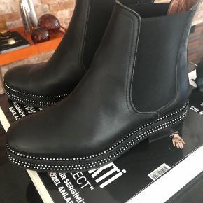 Nye sorte skindstøvler fra RAS købt i Spanien - desværre har jeg fået købt dem for store. De er normal str. 37 og jeg bruger 36 så derfor sælges de. Har aldrig været brugt - alle sten er intakte. Nypris kr. 1.600,- Sælges for kr. 850,-