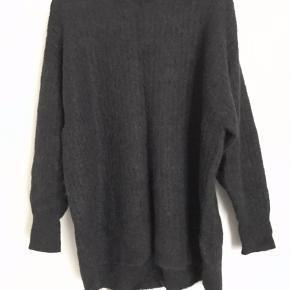 Mørkegrå eller næsten sort strik i mohair og uld  Oversize og meget varm og blød