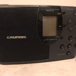 Lille sort radio. Virker med skiftelige batterier.