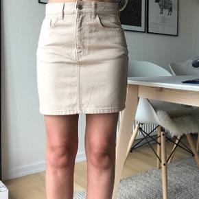 🌸KØB FOR 120 KR. I WEEKENDEN🌸   Flotteste nederdel som er købt i Gina Tricot, sælges da jeg ikke får den brugt. Nypris er 279 kr. Det er en størrelse 36 (svarende til en small).   Kan sendes på købers regning🌸