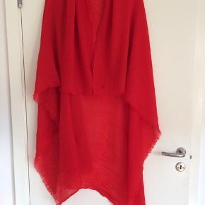 Flot tørklæde sælges billigt grundet huller men kan sagtens bruges