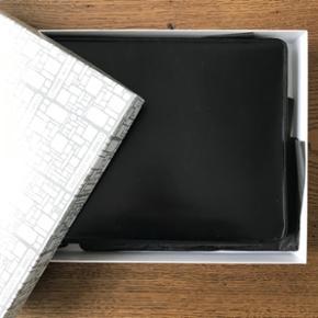 Fin læder iPad case fra Comme des Garcons. Brugt men kun med meget få småridser. Kommer i original æske. Nypris 3500kr.