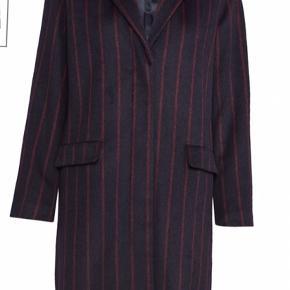 Super fin uldfrakke (50% uld) med bordeaux striber. Meget fint snit og med lommer
