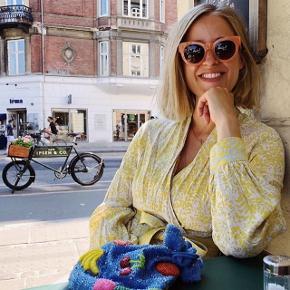 De smukkeste solbriller fra & Other Stories. Totaludsolgt fra butik og website. Håndlavet i acetat. Nypris 645,- Sælges for 500,- Kan sendes med DAO for 30,-