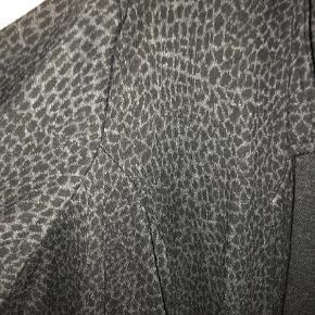 Fin blød blazer/cardigan med leopard-mønster. Fin stand  Blazer Farve: Sort