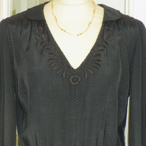 100 % NY: Lækker kjole i smukt stof og med smock-syning i livet, ved skulderen og ved håndleddet. Materialet er viscose. Oprindelig købspris: 900 kr.  Brystvidde: 56 cm x 2 Livvidde: 38-47 cm x 2 (pga elastik-liv)  Hoftevidde: 61 cm x 2 Længde: 113 cm  Ingen byt, og prisen er fast.
