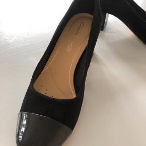 Fine sko i lak/ruskind fra Clarks. Snuderne og hælene er med lak. Kun brugt en enkelt gang.