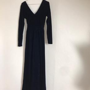 Smuk lang midnatsblå velourkjole, gallakjole, maxikjole, ny og aldrig brugt eller vasket. Slids til lige over knæet. Størrelse: 36/S Farve: blå