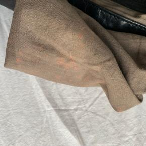 God cross-body som udvendig er i super god stand. Den lille lomme i tasken er blevet misfarvet i stoffet og lynlåsen er i stykker   Køber betaler selv fragten!