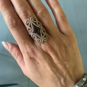 Smukkeste ring. Den er desværre for stor til mig derfor sælger jeg den