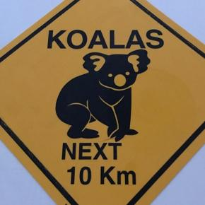 Har 2 stk. skilte i plast. 1 med Koalas og 1 med Kangaroos next 10 km. 50 kr. stk.