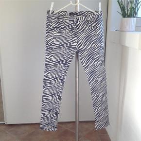 Brand: Mapp jeans Varetype: Jeans i lækkert design Størrelse: 30 Farve: Blå hvid Oprindelig købspris: 800 kr.  Super cool jeans i lækre forårsfarver, brugt få gange så sælges til bud fra 200,- pp