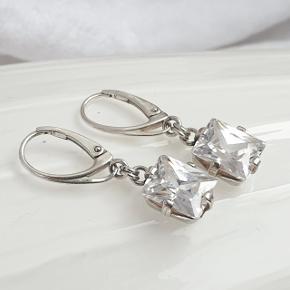 Flotte ørehængere med funklende store zirkoner i sterling sølv.  Højden er 3,3 cm. Zirkonerne er 1 x 0,8 cm.  Se også mine andre annoncer med smykker 🦋