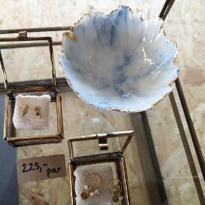 Smukke smykkeskåle i keramik. Fås I flere farver med og uden guldkant 🌞  Pris 159 kr. Hvis TS pålægges et gebyr på Ca 5 kr.   Sender gerne med DAO og kan også afhentes i Fredericia eller Pjedsted