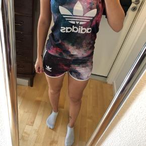Adidas sæt  Shorts er størrelse L, toppen er størrelse M  Men det er lille i størrelsen  Afhentes 8000 Aarhus C  Sender også med Dao, køber betaler selv fragten.