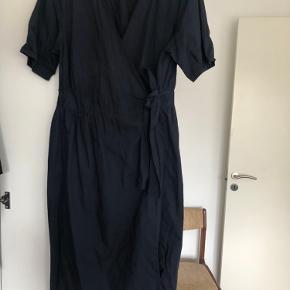 Fin mørkeblå slå-om kjole fra asos curve.  Det er en str. 48 :))  Fejler ingenting. Har haft den på to gange.