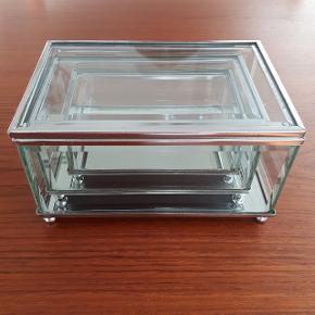 3 glas skrin med spejl i bunden.  Stort skrin måler ca. H: 8 cm L: 15 cm B: 10 cm  Mellem skrin måler ca. H: 6 cm L: 13 cm B: 8 cm  Lille skrin måler ca. H: 4 cm L: 11 cm B: 6 cm  Kigges der nærmere vil der kunne ses brugstegn nogle steder, i form af rust.  Hentes i Roskilde eller sender med DAO mod betaling af fragt.