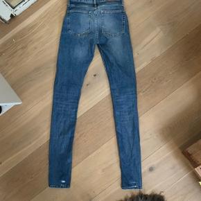 Super fede jeans fra Acne. De eneste tegn på slid kan ses på billederne. Str. 26/34