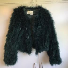 Super flot mørkegrøn pælsjakke lavet af strudsefjer, jakken er med fuld silke inden i.   Jakken er en S/M