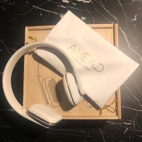 aHead KreaFunk hovedtelefoner sælges.  Brugt 5 gange, men har fået mærker på den ene side, som ses på billede 3.   Fejler ellers ingenting!