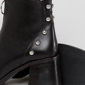 Sorte læder støvler med hæl fra ASOS   • Str 38  • Brugt få gange  • Ny pris 1.200 kr • Flot detalje bag på hælen   Søgeord: blokhæl, zipper, studs, spids snude, læder støvle, High Heel boot   #trendsalesfund