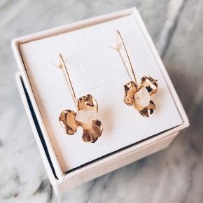 Smukke håndlavet øreringe 🌈  Krystaller i en fin blomst - nye og kommer i en sød æske.   Længe 6,5 cm.   Sender gerne 💌