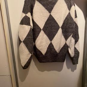 Sweater fra H&M. Brugt med ingen fejl.