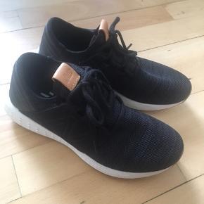 Sælger disse sko fra New Balance str 40 til kvinder  De er ikke brugt så er helt nye. Fejlkøb  Np 750kr. Nu sælges de for 400kr uden fragt. Sender gerne. Afhentes i Esbjerg  Spørg gerne om mere info