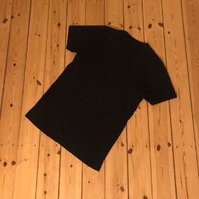 Sort ekstralang tshirt fra Topman. Brugt et par gange. Rigtig god som basis tee eller under en hoodie 🌼