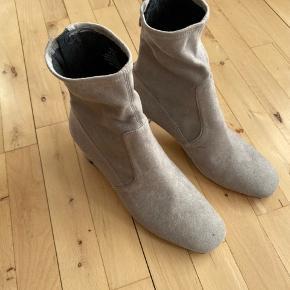 Ankelstøvler i ruskind med lav hæl. Aldrig brugt