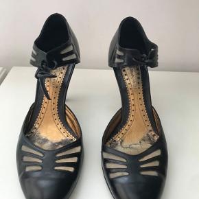 Barbara Bui sko, sort skind med de fineste net detaljer foran og om ankel, huden kan lige skimtes igennem. str 38.5. Brugt få gange, som nye. Nypris 2500.- sender gerne, kan prøves i Rungsted.
