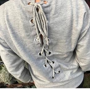 Mega fed bluse fra Moves by Minimum med en super flot ryg 😍🌸 Str. XS (Passes også af str. S)  Meget blød og behagelig at have på.   #30dayssellout