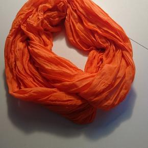 Neon orange tørklæde. Kan afhentes i Esbjerg eller sendes på købers regning