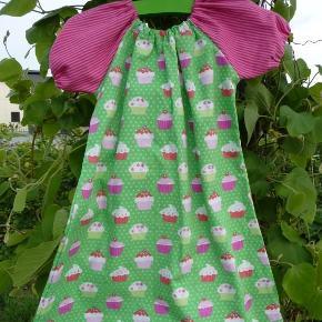 """Varetype: kjole Størrelse: 1-10 år Farve: se billede  Fin kjole med cupcakes i grøn med pinkstribede ærmer.  Stoffet er vasket i Neutral inden opsyning for at undgå krymp og afsmitning.  Er opsyet i røg- og dyrefrit hjem:)  Pris str 1-5 år: 225 kr pp Str 6-10 år : 250 kr pp  Kjolerne på billede 3 og 4 samt puden på billede 5 har deres egen annonce:)  Se også mine andre annoncer med andre """"syprojekter"""";)"""