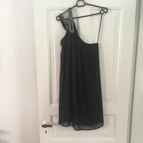 Vero Moda kjole med en bar skulder. Str L.