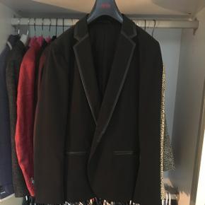 Sort smoking jakke med læder(look) detaljer i kanterne fra Hugo Boss  Nypris 3500,-