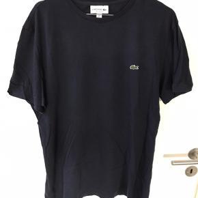 Lacoste T-Shirt  Str L  Regular Fit Brugt to gange.  Er som ny.  Nypris 450,00. Kvitt haves endnu.