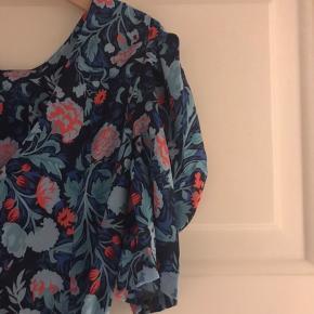 Blomstret kjole med pufærmer