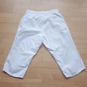 Bukser fra Zizzi i str. S.  Måler ca. 80 cm i omkreds. Og længden er 55 cm, målt fra indersømmen på buksebenet.  Hentes i Roskilde eller sender med DAO mod betaling af fragt.  #30dayssellout