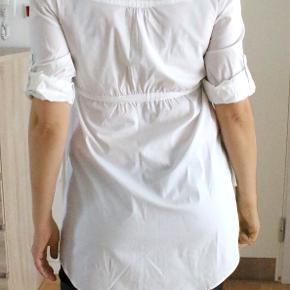 Helt ny og hvid skjortekjole fra Salsa i str. 38. Taljebredden kan justeres med sidebånd. Ærmerne kan rulles ned til 3/4. 84 cm lang fra skulder til nedre kant.  Oprindelig købspris: 499 kr. Sælges nu for: 225 kr. Kan sendes med sporbar post til 38 kr. eller afhentes på Amager nær Amagerbro metro.