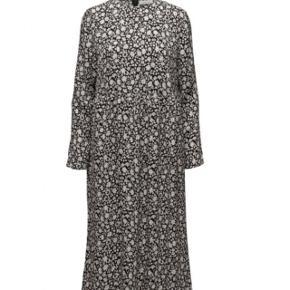 Flot kjole fra samsøe i 100% viskose. Kjolen hedder raven dress. Brugt få gange. Nypris 1000kr.