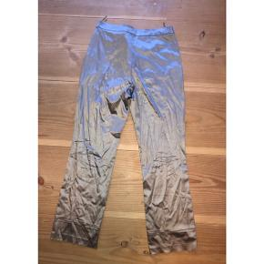super nice flare bukser! ingen slidstegn. de passer en small/medium. er hverken højtaljede eller lavtaljede, de lige midt i mellem, måske mere til den lavtaljede side.   taljevidde: cirka 75 cm længde: 100 cm  150kr💛  #30dayssellout