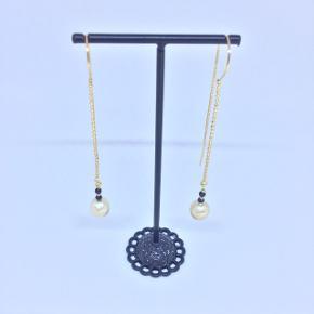 De smukkeste og enkle øreringe med perler og kæde med fast stykke på midten